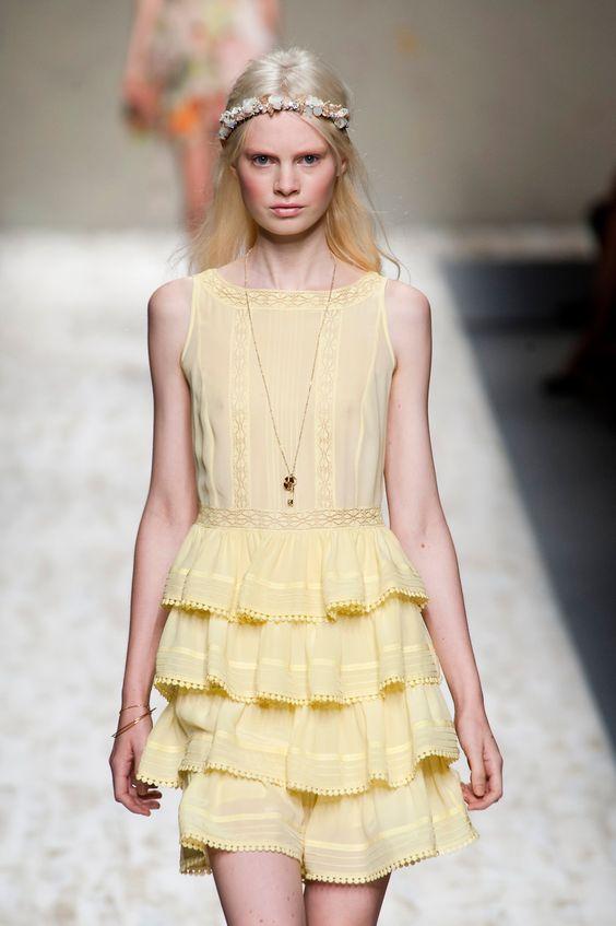 Blugirl et ses minis volants jaunes.      www.femina.ch/mon-style/mode/tendances-printemps-2013-%E2%80%93-n%C2%B0-11-des-volants-par-milliers    (CP: Imaxtree)