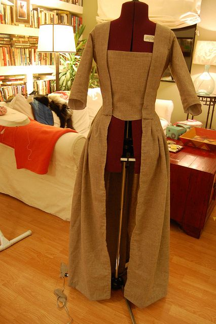 A robe a l'anglaise/en fourreau gown tutorial by Katherine of The Fashionable Past.