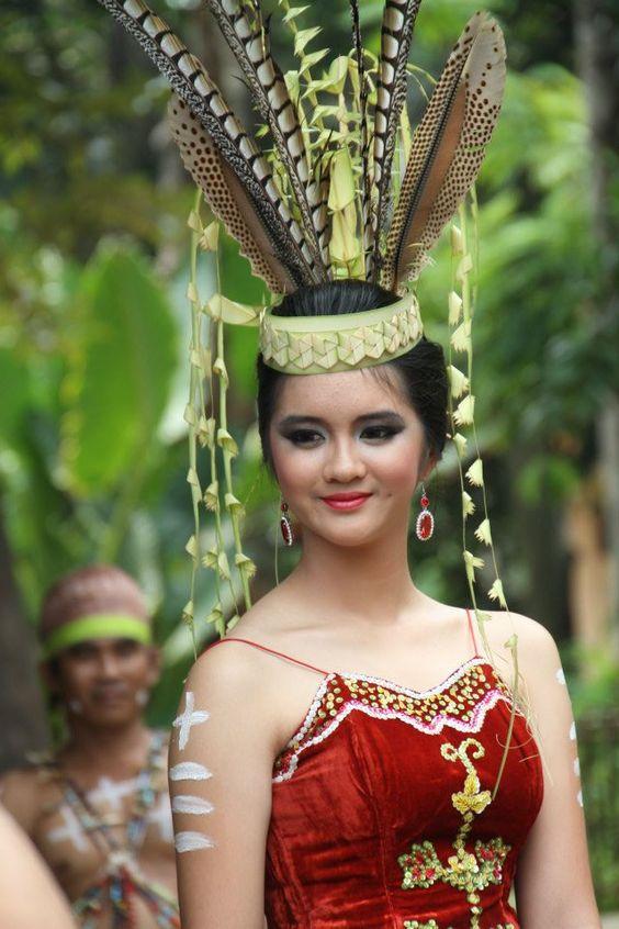 Baju pengantin wanita Dayak Kalimantan Borneo Indonesia