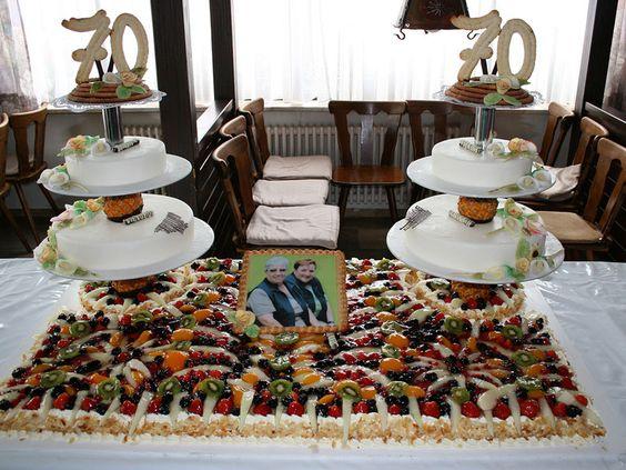 Mehrteilige Geburtstags-Torte mit Obst und Keksen.