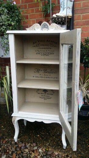 Stencilled french shabby chic display cabinet painted for Peinture shabby chic
