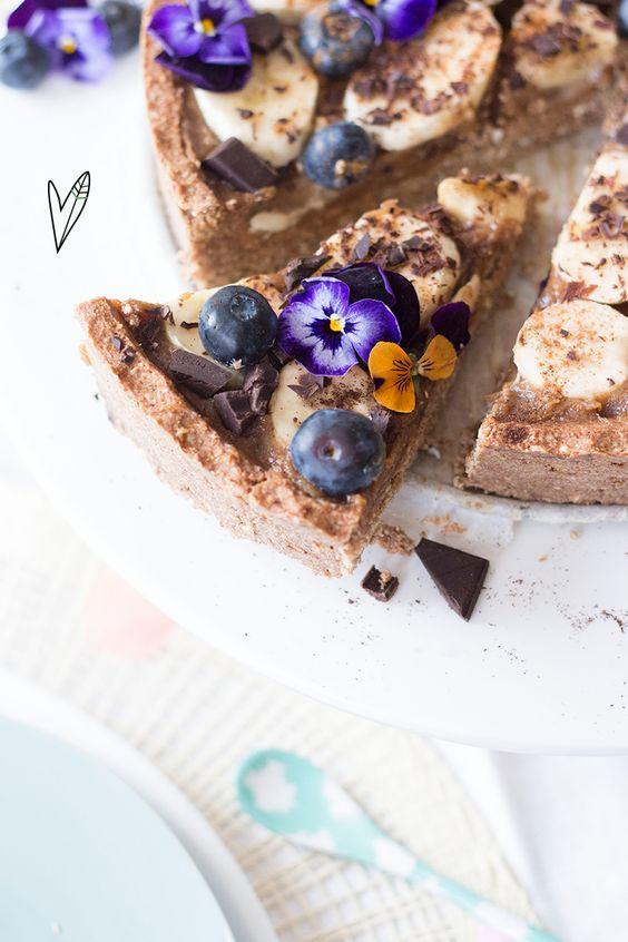 Deze taart maken wij als er iets te vieren valt. Vandaag bijvoorbeeld omdat het vaderdag is, maar eigenlijk kan de taart áltijd, hij is zó lekker dat je bijna vergeet dat de taart ook nog gezond is!