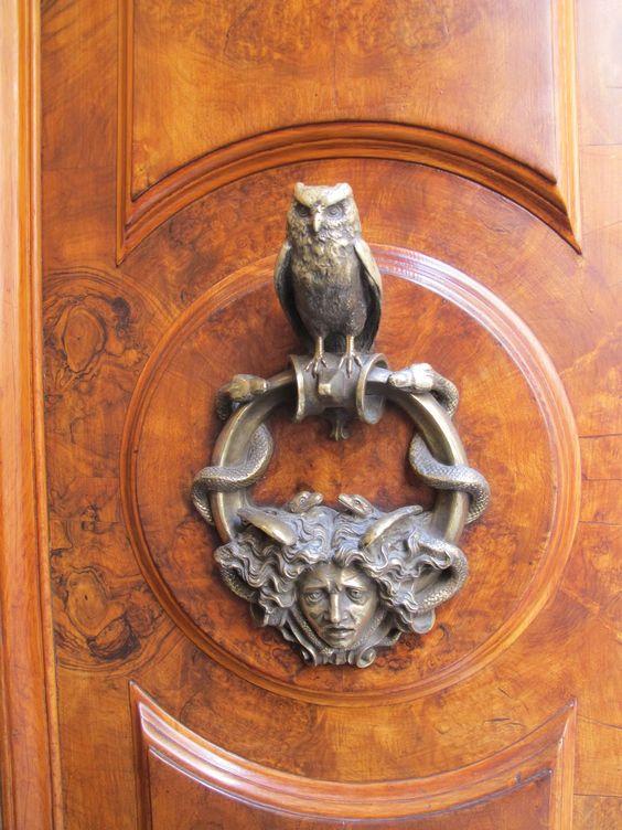 Aldrava em uma magnífica porta de madeira em Roma, região do Lácio, Itália.  Fotografia: Robin Mullen.