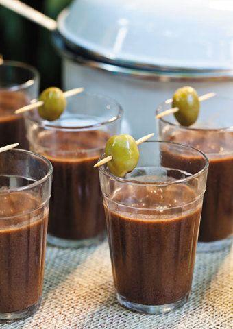 CALDINHO DE FEIJÃO PRETORendimento: 1 litroIngredientes400 g de feijão preto 200 g de carne seca 1 linguiça calabresa tempero verde (2 tomates, 1 cebola, 1 pimentão, 4 dentes de alho amassados, coentro e cebolinho a gosto) 4 colheres (sopa) de extrato de tomate sal a gosto azeite a gostoModo de fazerDeixe o feijão de molho por 12 horas e leve ao fogo na mesma água. Corte a carne e a linguiça em pedaços, escalde três vezes e junte ao feijão. Tempere a gosto e leve tudo à panela de pressão por…