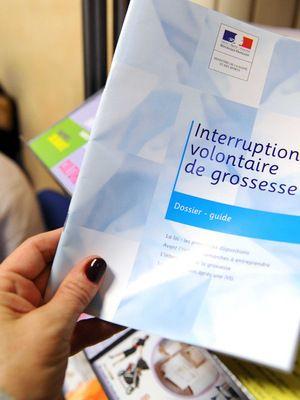 L'IVG   Synonyme d'avortement, IVG signifie « interruption volontaire de grossesse ». En France, c'est la loi Veil (du nom de Simone Veil) qui a dépénalisé l'avortement le 17 janvier 1975, au terme de débats mouvementés à l'Assemblée. Le 21 janvier 2014, les députés ont voté en faveur d'un assouplissement de la loi sur l'avortement, décidant ainsi de supprimer la notion de « détresse ». En France, le délai légal pour avorter est fixé à 12 semaines de grossesse.