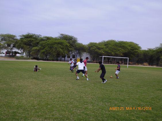 Prof. López desarrollando el Taller de Fútbol con alumnos de la UDEP
