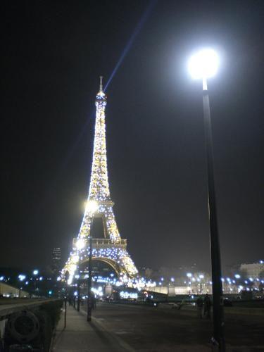 Le+lampadaire+qui+voulait+se+faire+plus+haut+que+la+Tour <BR> <BR>[mercredi+14+février+2007,+au+soir+tard]+|+gilda_f