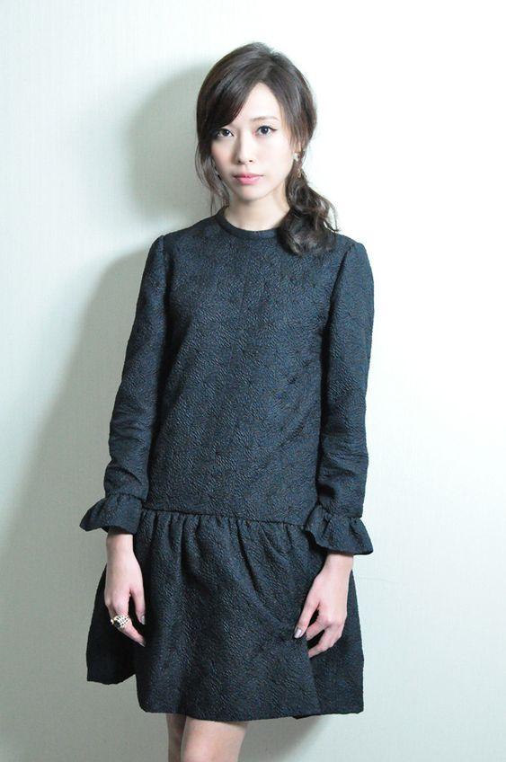グレーで統一したファッションの戸田恵梨香