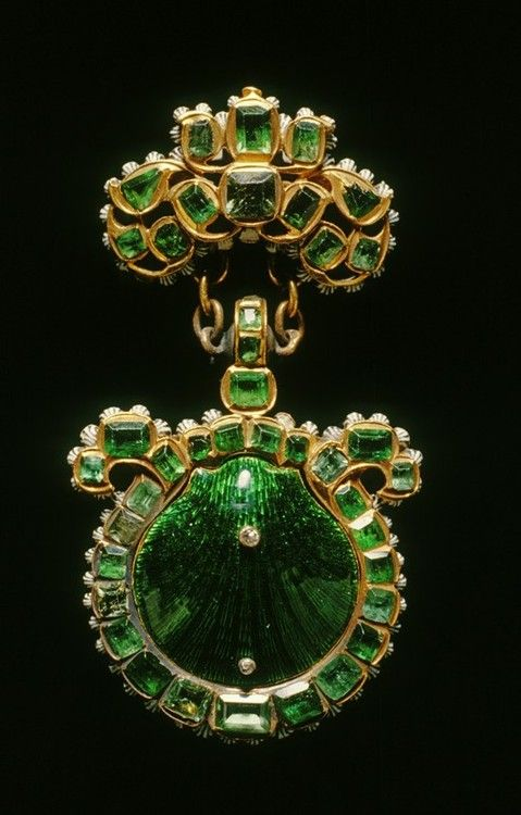 Emerald brooch with central enamel work shell in matching emerald colour.