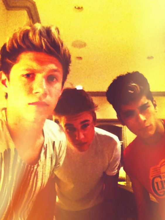 Justin chilling with Zayn and Niall
