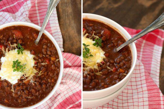 Das vegetarische Chili mit Linsen ist vollgepackt mit typischen Chili-Zutaten. Ein Chili sin Carne, bei dem ihr Fleisch garantiert nicht vermissen werdet.