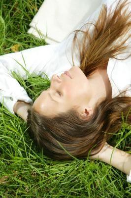 Como tingir cabelos escuros de tons mais claros sem descolorir os fios | eHow Brasil