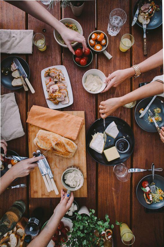 Ein Abendessen mit Familie oder Freunden. Mediterran. Antipasti. Käse. Couscous. Brot. Unkompliziert und appetitlich angerichtet.