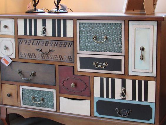 Cómoda vintage con cajones de colores en pino macizo, muebles