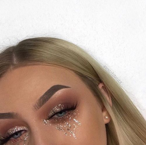 Are you a fan of glitter art? This is one of our favorite glitter looks!