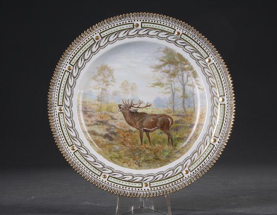 Kgl. P. Fauna Danica. Tallerken af porcelæn, dekoreret i farver og guld med 'Cervus alaphus ' Royal Copenhagen