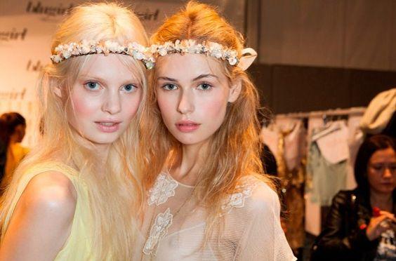 Backstage da Blugirl, na Semana de Moda de Milão, com headbands floridas combinadas com cabelo solto e ondulado. Lindo!