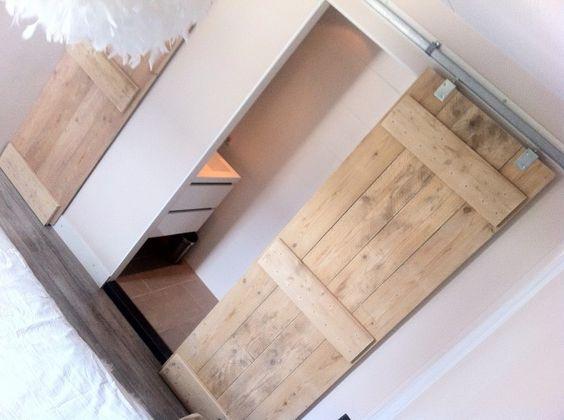 Onze slaapkamer met steigerhouten schuifdeuren naar de badkamer en kast jongenskamer - Idee ouderlijke slaapkamer met badkamer ...