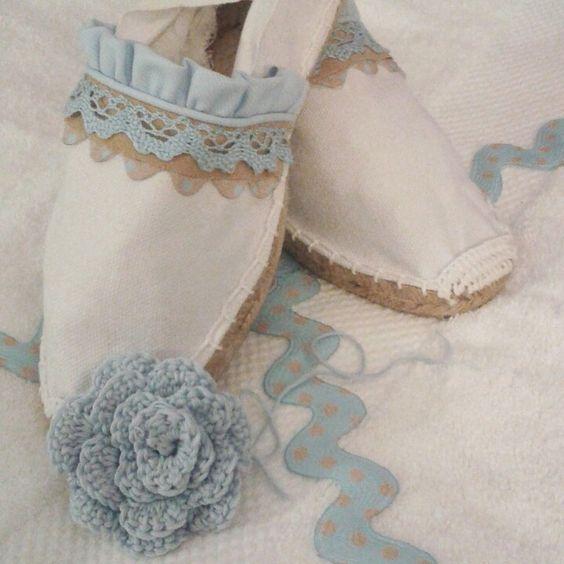 Alpargatas de novia con poca cuña decoradas en encaje blanco roto