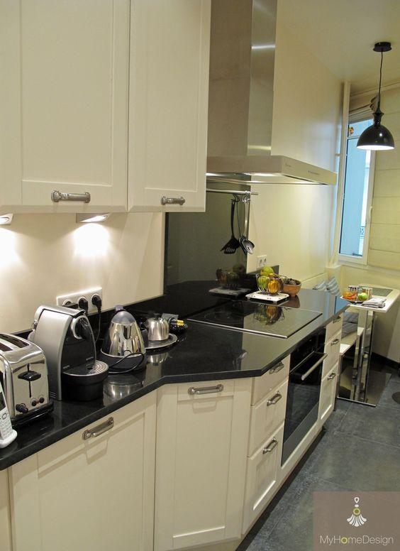 cuisine tr s troite avec espace repas plan en parall le bois massif peint plan de travail. Black Bedroom Furniture Sets. Home Design Ideas