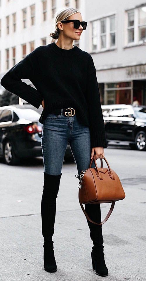 Cómo combinar unos jeans con unas botas negras altas de mujer