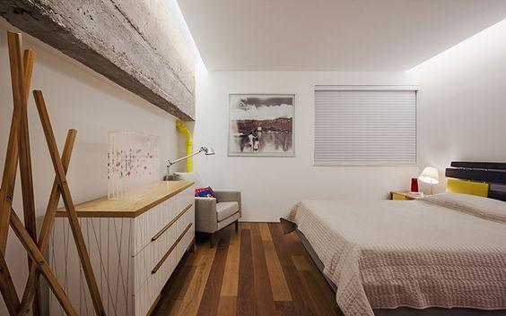 apto. itaim, em são paulo | projeto: andré becker | no quarto, cômoda e mancebo paulo alves e cama ovo