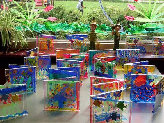 Klein aquarium gemaakt van een leeg cd doosje. Met glasverf door de kids er aan de binnenkant laten beschilderen. Visjes zijn van foam, die heb ik gekocht bij Zeeman.