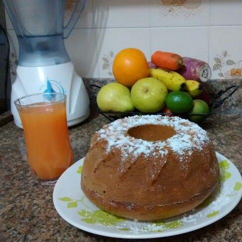 Bolo de banana e suco de laranja com cenoura!