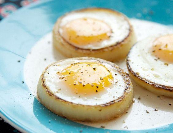 Truco de cocina: Un aro de cebolla para cocinar un huevo a la plancha redondo