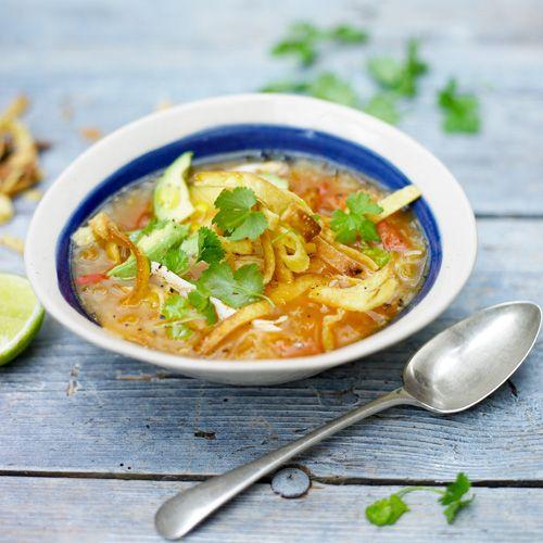 Stop de smaak van een traditioneel tortillagerecht eens in een lekker soepje! De pittige chilipeper gaat geweldig samen met de romige avocado, de reepjes kip en knapperige tortillareepjes.    1. Verhit wat olie enfruit de uisnippers, plakjes...