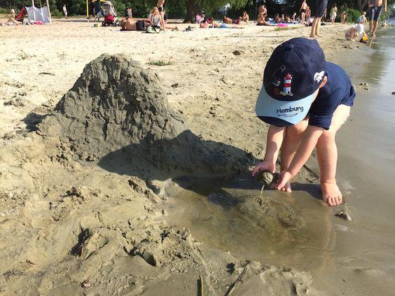 Kleckerburgen bauen mit Sohn 2.0. <3 Am Strandbad Wannsee. Unser Familienalltag. Mehr Infos auf https://mamaskind.de.