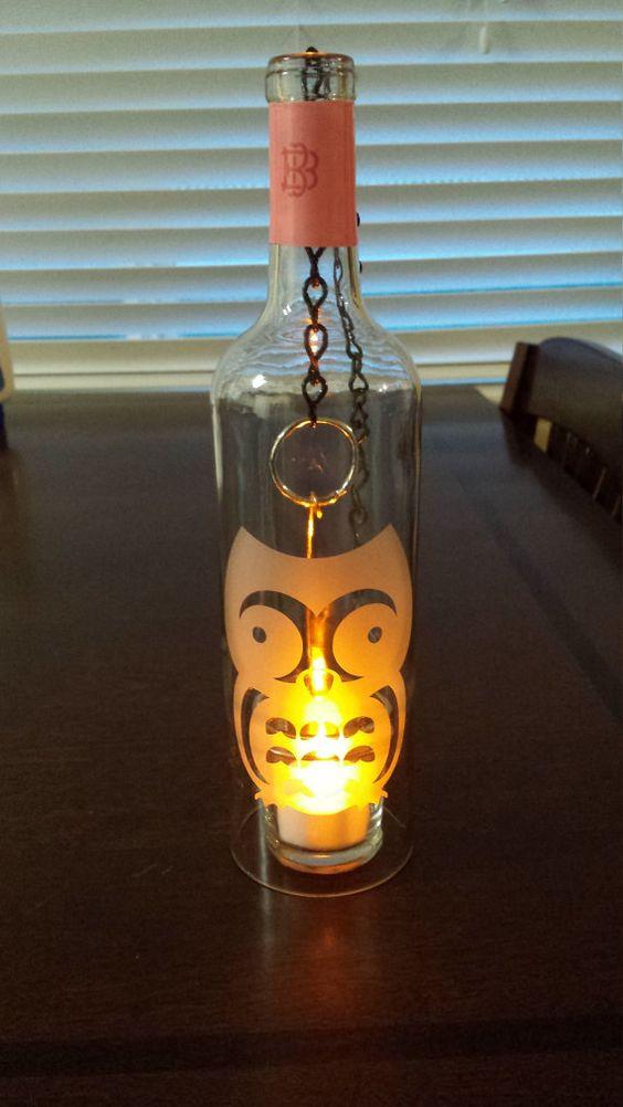 Colgante farol botella de vino con una vela candelita. El diseño de la linterna es arenado en vidrio.  Diseño: buho  Una gran adición a su decoración interior o al aire libre.  El fondo de la botella se retira y se lija suave en los bordes.