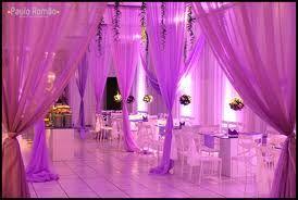 salão de festa de 15 anos de tons roxos (reparem nos buques pendurados em cima das mesas, que fof's né gente)