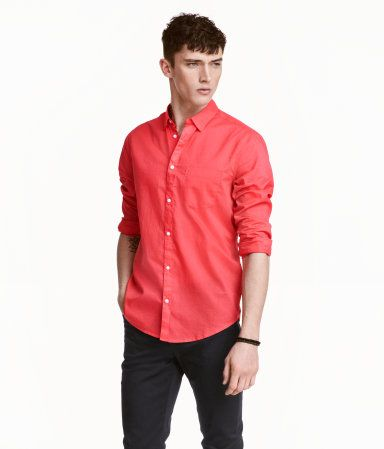 Shirt in woven cotton fabric. Turn-down collar with concealed buttons. Relaxed fit.