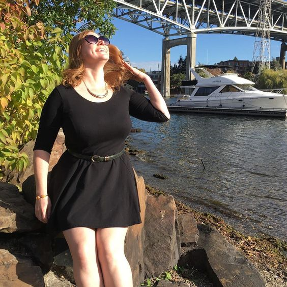 Seattle redhead that loves her curves, vintage lingerie and wearing pretty dresses. 💋