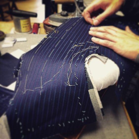 オーダースーツを縫う画像