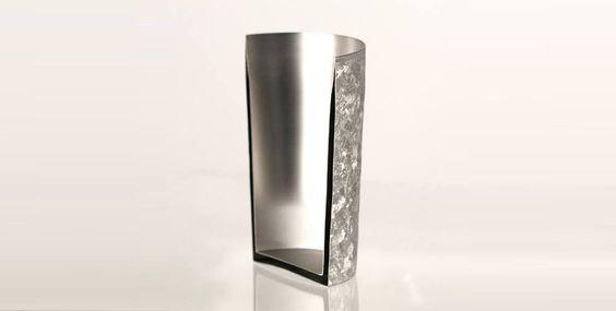 1055℃の高温窯から生み出された結晶 1055℃の窯の中で生まれ変わったチタン2重タンブラー。完全にオーダーメイド。お客様からご注文をいただいてから、燕三条の職人が心を込めて制作し、お客様にお届けいたします。高温に耐えた証拠のデコボコしたフォルムは独特のぬくもりがあり、触り心地はシルクのようになめらかで高級感があります。また結晶化による美しい外観を保つために、独自の表面処理を施し指紋や汚れがつきにくいつくりとなっています。 コーヒーにピッタリの保温性能(写真の純チタンカップは「GOLD」)保温力と保冷力は通常のグラスの約6倍 日本を代表する金属加工製品の一大産地、燕市は金属洋食器においては日本国内生産シェアの90%以上を占めています。昭和59年に新潟県燕市に創業したホリエが作るチタンタンブラーは、全体が薄いチタンの二重構造になっていて、通常のグラスの約6倍の高い保冷力・保温力を発揮します。 氷が溶けにくい、温かい飲み物が冷めにくい。その秘密は高度な加工技術により溶接されたチタンの…