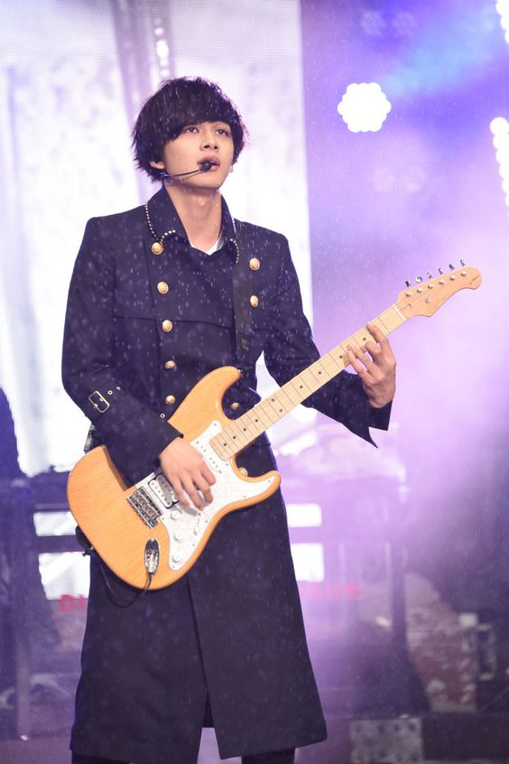 ギターを弾く北村匠海です。