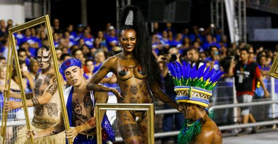 6.fev.2016 - Passista representa a própria tatuagem na comissão de frente da Rosas de Ouro. Ela desfilou acompanhada por marinheiros e indígenas Leia mais em: http://zip.net/brsSWn