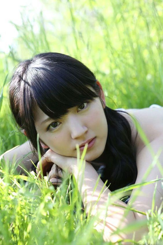 鈴木愛理草原で可愛く座り込む画像