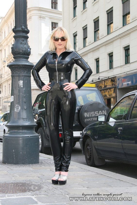 latex and fetish — manuela in public. sexy catsuit with metal zip, Innenarchitektur ideen