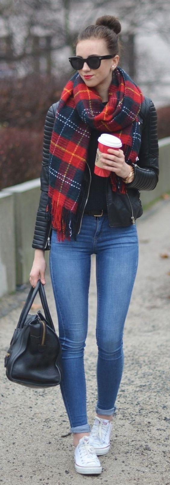 Campera cuero y bufanda. blusa básica y jeans con converse: