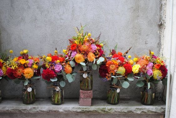 décoration florale pour mariage en automne - des compositions de roses, pivoines et fleurs en jaune et orange