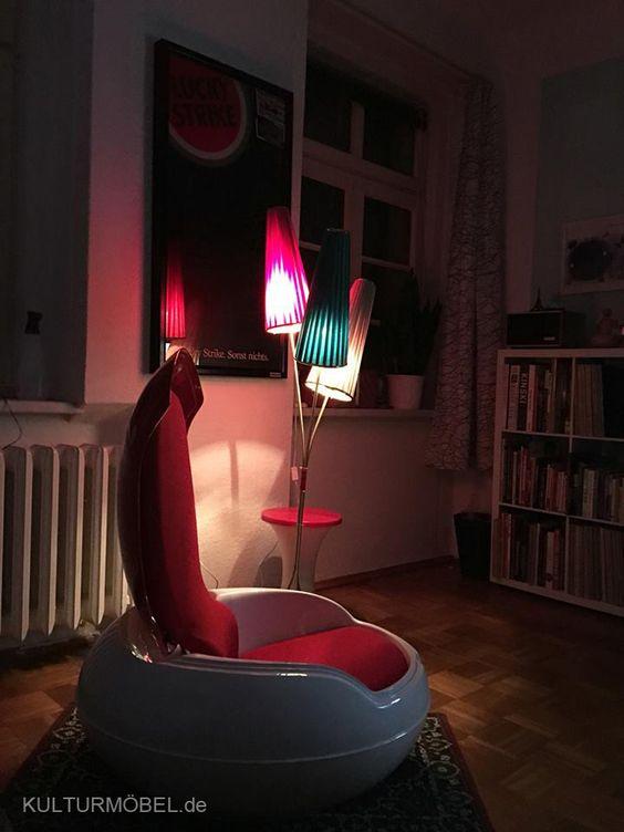 """Im neuen Zuhause bei Steffen angekommen - das """"Gartenei von Peter Ghyczy"""" (1968). In Lemförde entworfen und in Schwarzheide gebaut wurde das sog. """"Senftenberger Ei"""" als erster aufklappbarer Sessel konzipiert. Also: Buch auf, Sessel auf... ?! ❤️"""