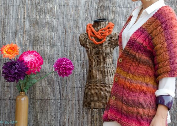 1) Gola Capuz, que também pode ser usada como capa.  Feito à mão em Crochet  53% Lã e 47% Acrílico           2) Gola Capuz, que ta...