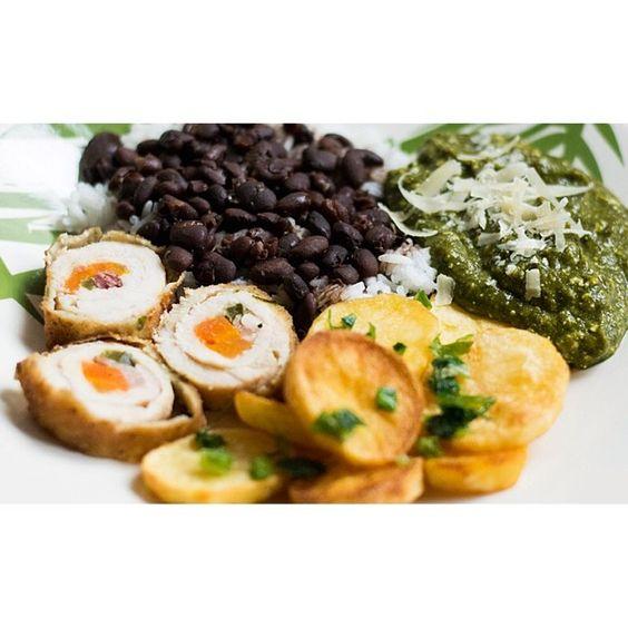 Forno di Casa - Frango à rolê recheado, batatas coradas, arroz, feijão e creme de espinafre com ricota. #fornodicasa www.fornodicasa.com.br