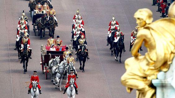 De carruagem Princípe William e Princesa Kate indo ao Palácio de Buckingham