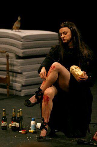 Eu não sou bonita, espetáculo de Angélica Liddell será apresentado no Teatro Cacilda Becker, na Lapa, em São Paulo. É um teatro com lotação pequena, atente ao fato e vá cedo para a fila.