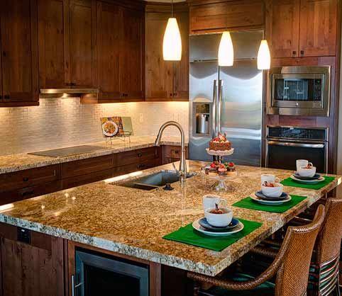Cómo decorar una cocina de forma rústica  El estilo rústico es el que combina los colores armoniosos y los materiales naturales tales como son la madera, la piedra y los ladrillos vistos. Siendo la madera la protagonista indiscutible en este tipo de decoración.  Cuando decoramos una cocina al estilo rústico, nos evoca a la casa