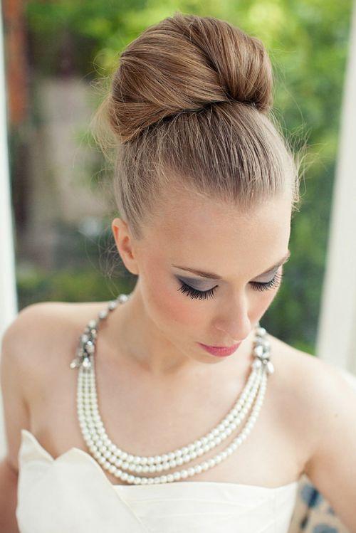 Acconciatura sposa raccolta con chignon alto classico. Guarda altre immagini di acconciature sposa: http://www.matrimonio.it/collezioni/acconciatura/2__cat